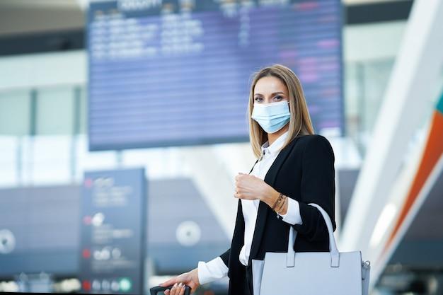 空港での大人の女性乗客の写真