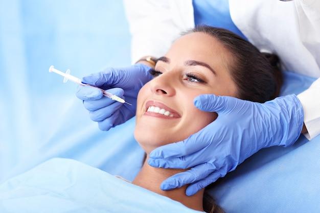 Картина взрослой женщины, посещающей стоматолога