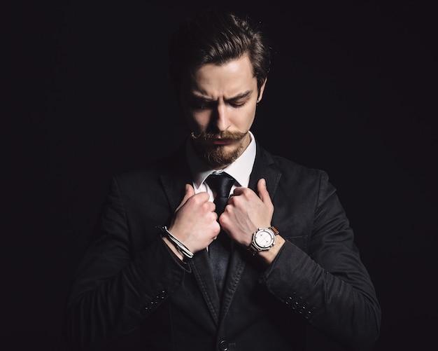 エレガントな若者のファッションの男性の写真