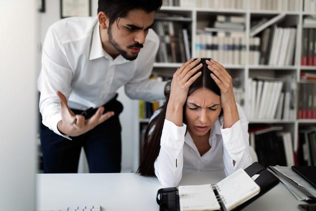 직원이 나쁜 일을 한다고 비난하는 화난 상사의 사진