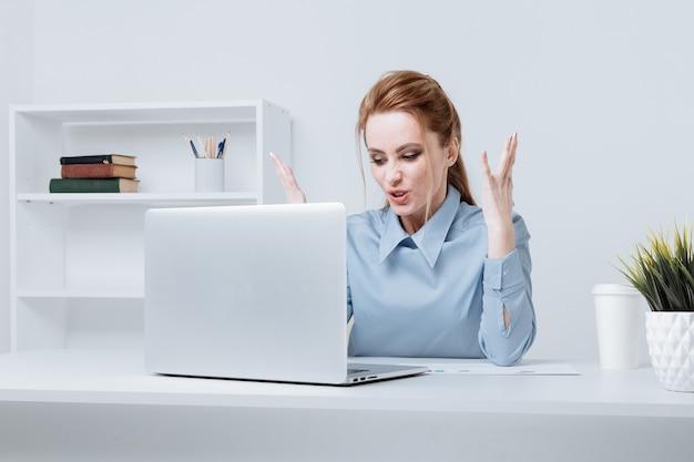 컴퓨터에 문제가 화가 회사원의 그림.