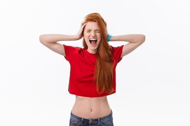 怒っている若い女性の写真