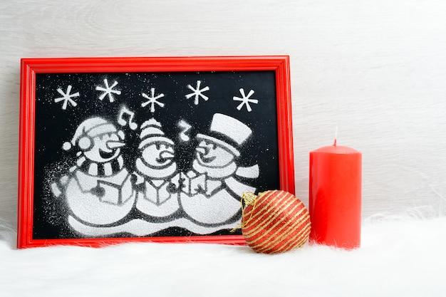 赤い箱の中の人工雪の写真