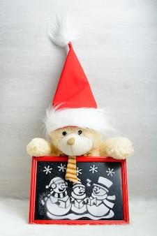 赤い箱の中の人工雪の写真 Premium写真