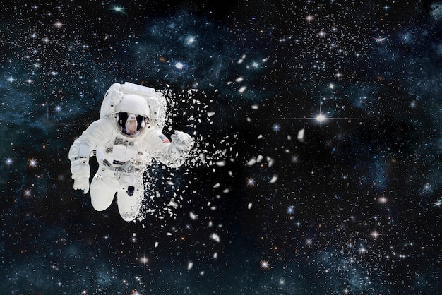 Фотография космонавта, разваливающегося в космосе. кругом звезды и туманности. элементы этого изображения обставлены