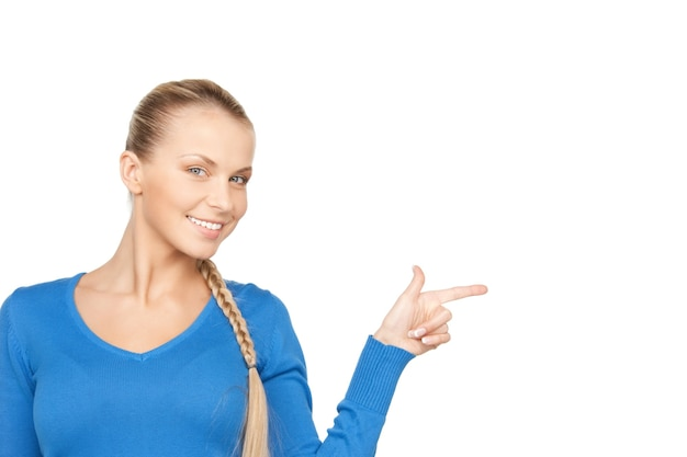 彼女の指を指している魅力的な実業家の写真。