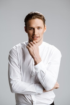 흰 벽에 매력적인 백인 남자의 그림