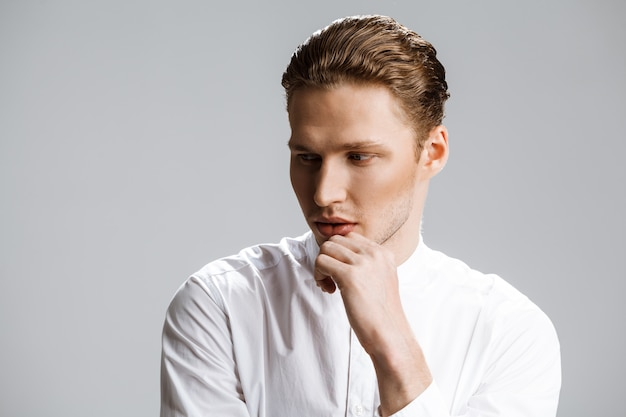 白い壁に魅力的な白人男性の写真