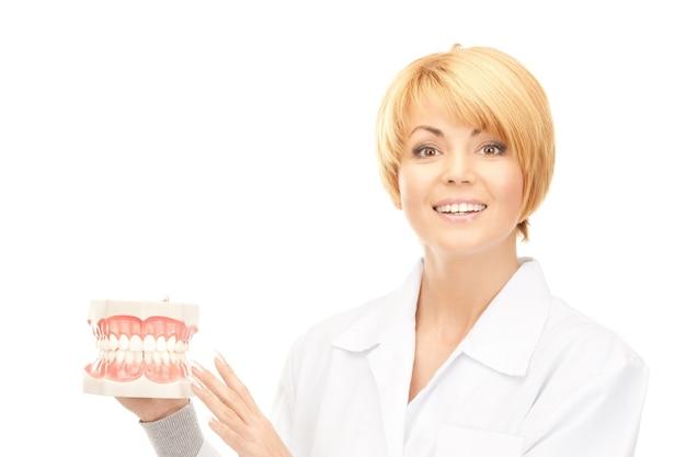 あごを持つ魅力的な女性医師の写真