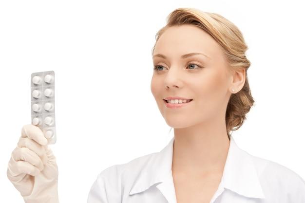 錠剤を持つ魅力的な女性医師の写真