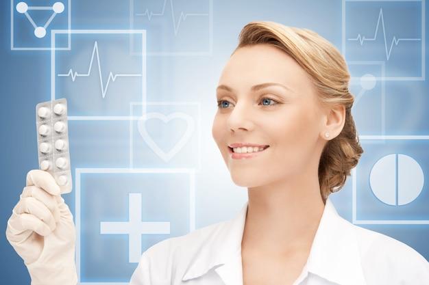 Картина привлекательной женщины-врача с таблетками