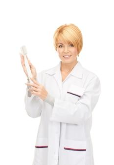 歯ブラシで魅力的な女性医師の写真