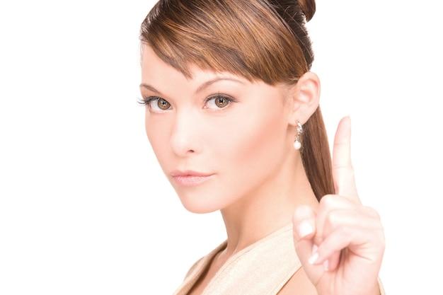 Картина привлекательной молодой женщины с ее пальцем вверх