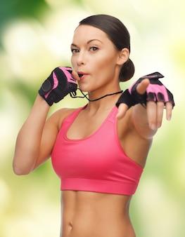 Изображение красивой спортивной женщины со свистком