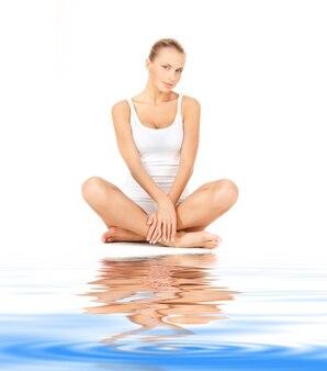 Картина красивой женщины в хлопчатобумажной одежде на белом песке