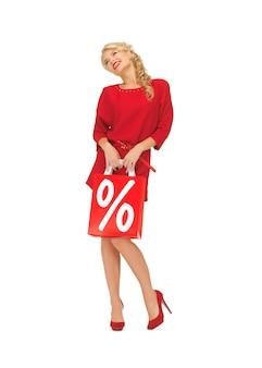Картина красивой женщины в красном платье с сумкой для покупок
