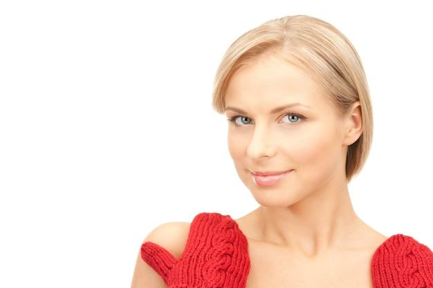 赤いミトンの美しい女性の写真