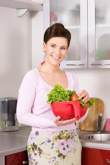 Картина красивая женщина на кухне