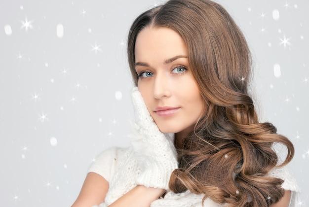 白い手袋をはめた美しい女性の写真。