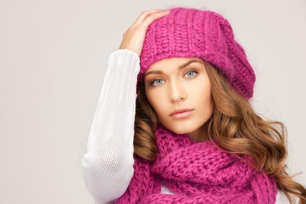 冬の帽子の美しい女性の写真。