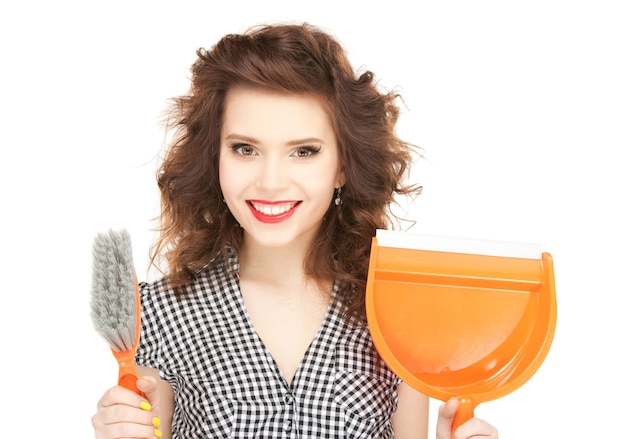 청소를 하고 있는 아름다운 여성의 사진