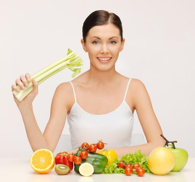 Картина красивой женщины с фруктами и овощами
