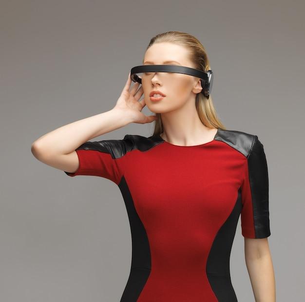Картина красивой женщины в футуристических очках