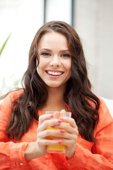Картина красивой женщины со стаканом сока