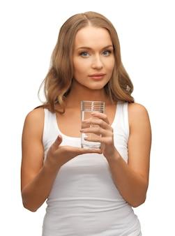 Картина красивой женщины со стаканом воды.
