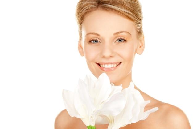 Картина красивая женщина с цветком лилии мадонны