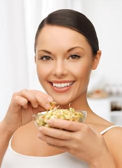 緑豆もやしを持つ美しい女性の写真
