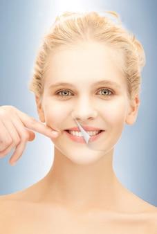Картина красивой женщины с белыми зубами