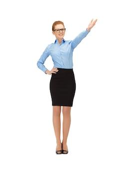 Фотография бизнес-леди указывая ее руку в спецификациях