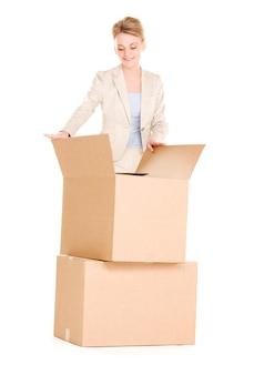 Картина бизнесвумен с коробками над белой