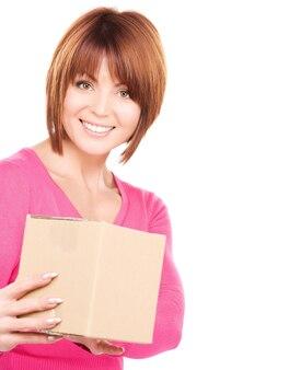 Изображение бизнес-леди с посылкой над белой