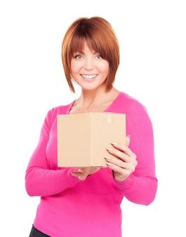 白の小包を持つビジネスウーマンの写真