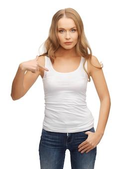 Картина спокойной и серьезной женщины в пустой белой футболке