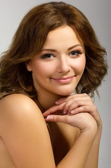 穏やかな美しい笑顔の女性の写真