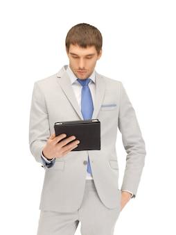 Картина спокойного человека с планшетным компьютером