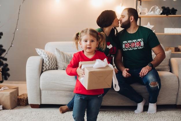 きれいな女性の赤ちゃんと一緒に白人家族の写真は新年やクリスマスを祝います