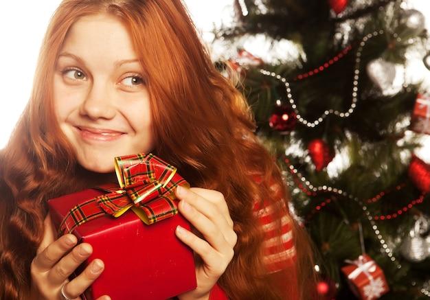 선물 상자와 쾌활 한 redhair 여자의 그림입니다. 세 가지 배경.