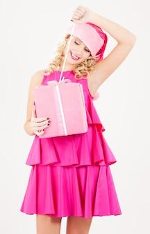 Картинка веселая санта-помощница с подарочной коробкой