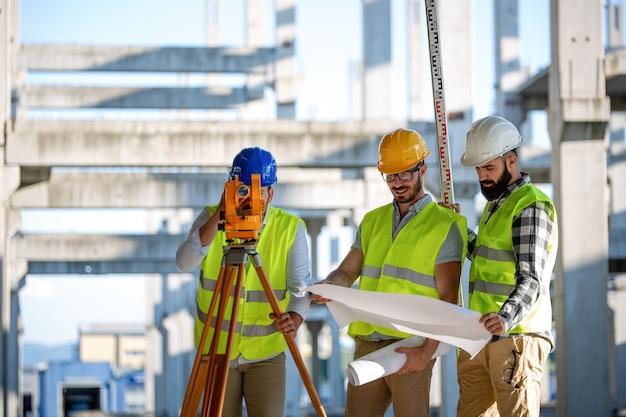 Изображение инженера-строителя, работающего на строительной площадке