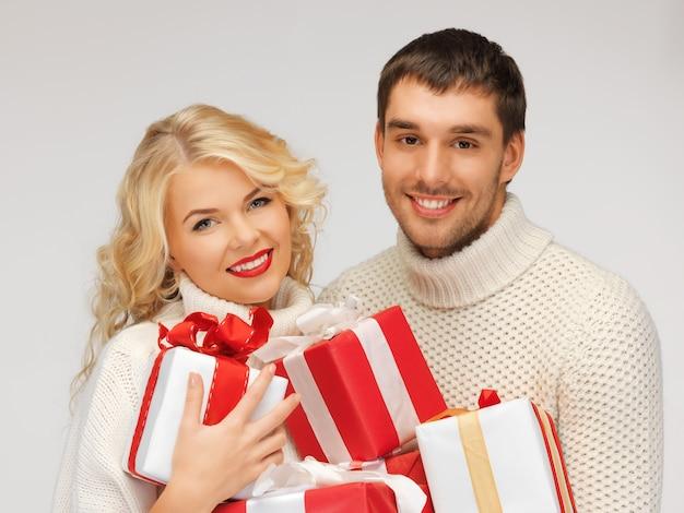 Картина семейной пары в свитере с подарочными коробками