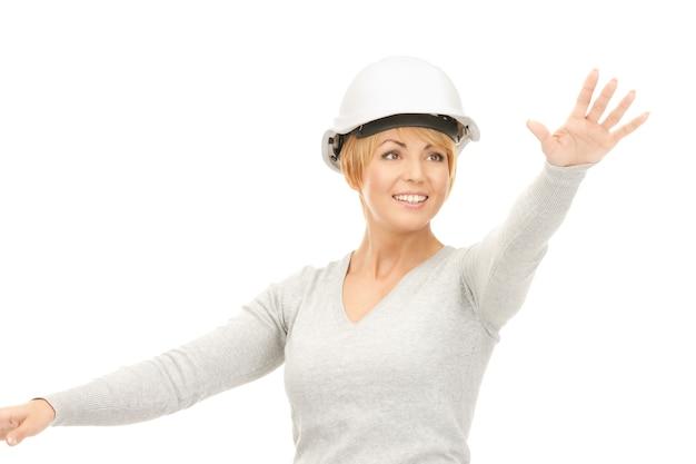 架空のもので作業しているヘルメットの女性請負業者の写真