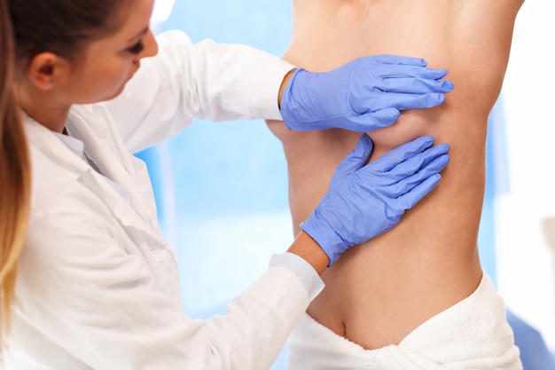乳房を調べる女性医師の写真