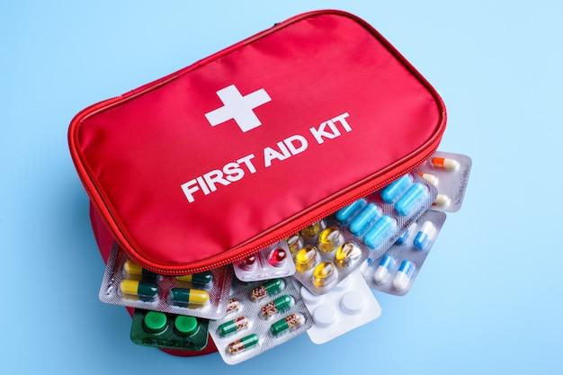 Картина первой помощи ребенка, полный различных pils для любого случая на светло-синем фоне