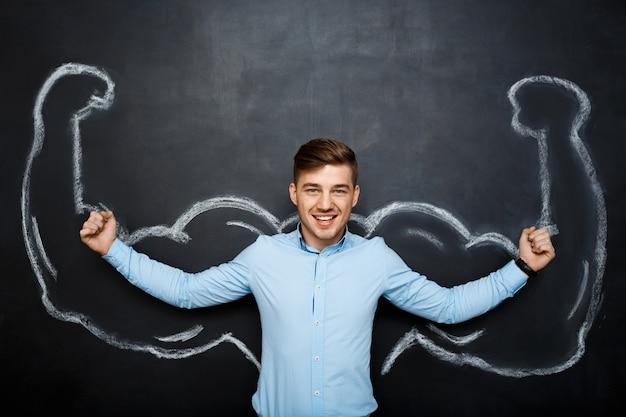 Картина смешной счастливый человек с поддельными мышц рук