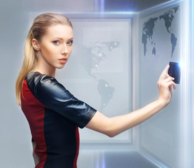 액세스 카드가 있는 미래 여성의 사진