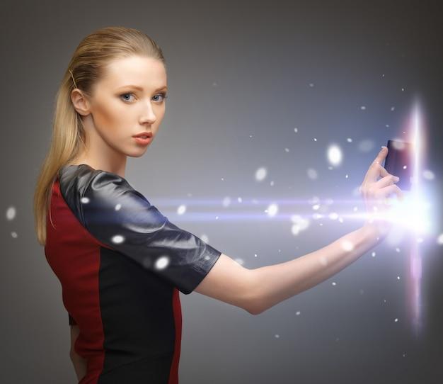 アクセスカードを持つ未来的な女性の写真
